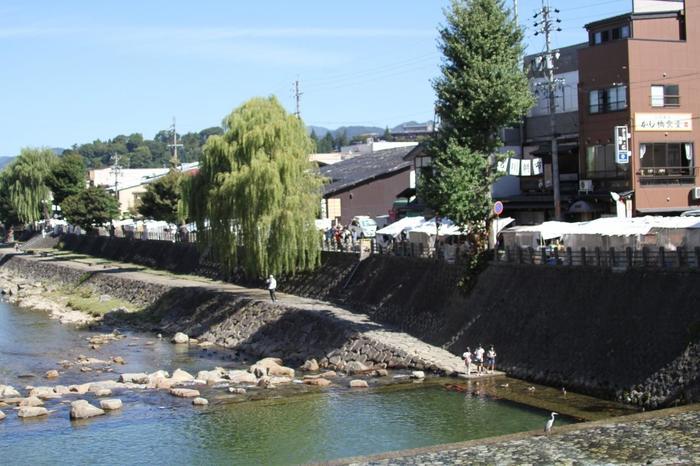 宮川朝市は、鍛冶橋から弥生橋までの宮川沿いで行われます。