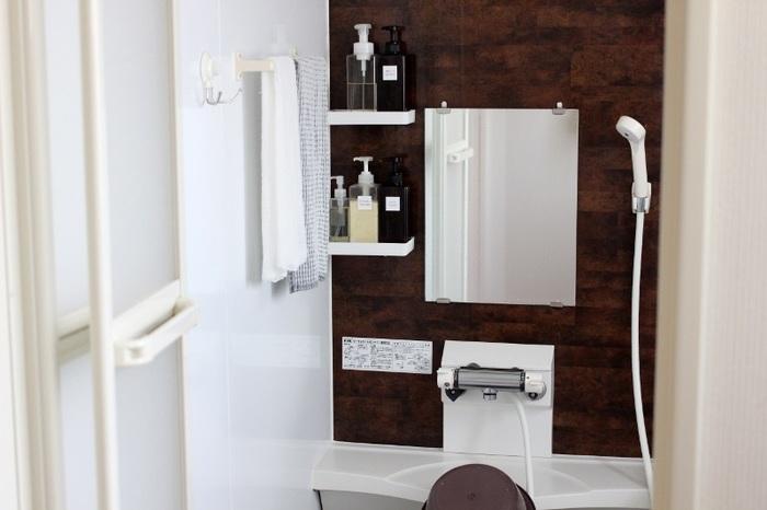 鏡は酢をぬりつけてラップでパック。これだけでも十分きれいになりますが、重曹で仕上げ磨きをするとさらにピカピカ。