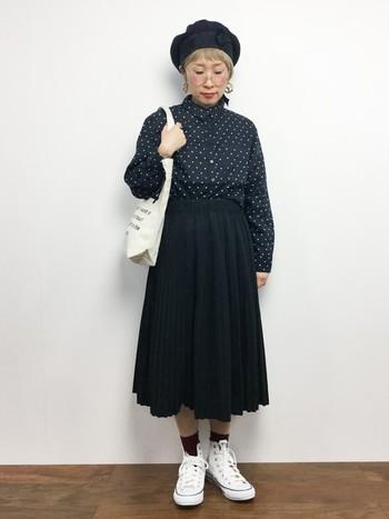 水玉シャツにプリーツスカートを合わせたレトロガーリーなスタイリング。モノトーンカラーとベレー帽でクラシカルな雰囲気ですね。