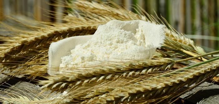 意外にも、小麦粉もレンジフードの油汚れを落とすのに威力を発揮するらしいです。洗剤というよりも、油を小麦粉に含ませてポロポロとる…という垢すりみたいな感覚で。
