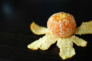 みかんの皮を使うという合わせ技も。ちょいと塩を付けてごしごし。柑橘類の皮に含まれる「リモネン」との相乗効果でみるみる落ちます。手の届かないところは菜箸などを使って洗いましょう。