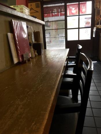 昭和初期に建てられた酒屋を生かした、レトロで落ち着く雰囲気の店内にはカウンターとテーブル席が。行列ができるとても人気のあるお店です。