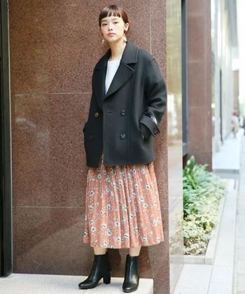 ヒップと同じ丈のPコートに、コートより格段に長い丈のスカートを合わせると、ナチュラルで落ち着いた印象に。お友達とカフェに出かけるときなどにおすすめのコーデです。
