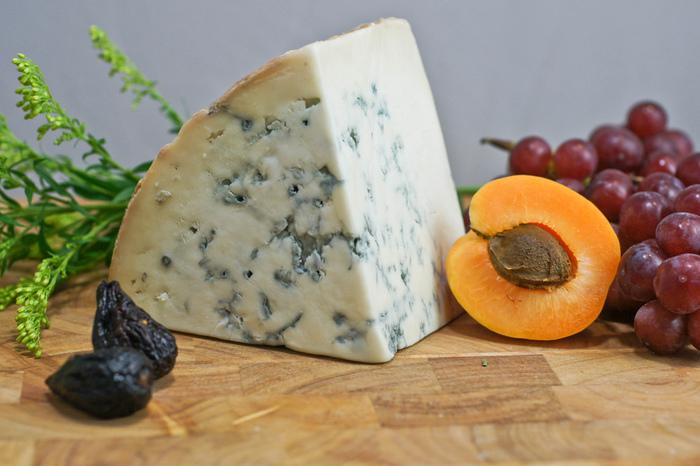 ゴルゴンゾーラはイタリアの代表的なチーズの一つです。世界三大ブルーチーズとしてフランスのロックフォール、イギリスのスティルトンと並んで広く知られています。 薄黄色のやわらかなチーズに青かびが筋状に入っていて、なめらかでピリっとした刺激があります。青カビタイプとしては比較的やわらかい風味で、塩分も控えめ、青カビ独特のクセが少ないチーズです。