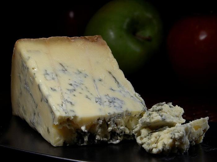 スティルトンは世界三大ブルーチーズの一つで、ブルーチーズらしい青カビの描くマーブル模様が美しいチーズです。 ブルーチーズの中では水分が少なめでシャープな味わいです。塩味が効いていて、青カビタイプのチーズ特有の強い匂いと、刺激とコクのある濃厚な味わいを持ち合わせています。
