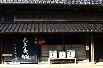 大多喜町は江戸時代、10万石の城下町でした。今でも町のあちこちに、酒屋や商家、大多喜城への門などの古い建物が残ります。何と今でも泊まれる旅籠が残っています(国の登録有形文化財です)。