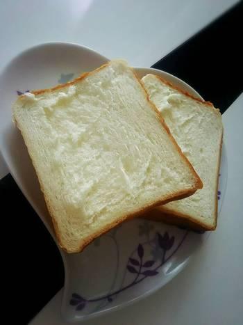 もっちりふんわり食感で、日本人の舌によく合う食パン。一斤は一般的な食パンより一回り小さめ、1.5斤と2斤は1回り大きめですが、サイズによって食感も絶妙に違うという声も。食べ比べてみたいですね。