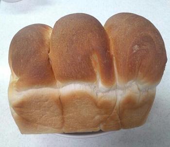 こちらは山型のハーフサイズ。山の大きさが不揃いなところが味わい深いですね。山型食パンは、トーストするとサクッとした食感になります。