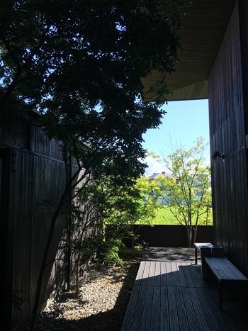 """お洒落な雰囲気の""""仏生山温泉""""。温泉のイメージがガラッと変わった。なんて人も多いのではないでしょうか。近代的な雰囲気とはかけ離れ、どこかホッと落ち着けるぬくもり感のある空間です。美味しいうどんと合わせて香川の旅を楽しんでみてはいかがでしょうか!"""