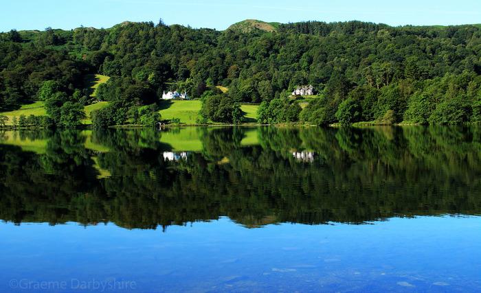 ウィンダミアから北に約13kmのグラスミア。名前の通り、グラスミア湖のほとりに位置する街。自然を愛し、自然保護に努めたことでも有名なロマン派詩人のワーズワースが過ごした場所としても有名です。ワーズワースの数々の傑作を生み出した自然の風景、彼自身の過ごした家や自ら設計した庭園を見られます。