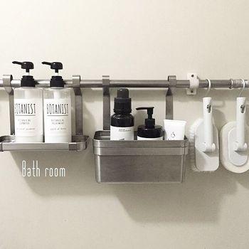 キッチン用の小物入れと棚板をお風呂場のバーにつけて、直置きしないクールな収納に。水をしっかり切ることで、清潔に保つことができますね。