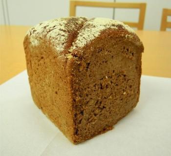 酸味が特徴のライ麦パン(黒パン)は、女性に嬉しい栄養分が豊富。少々クセのある味わいや食感も、食べ始めると後を引く美味しさでです。
