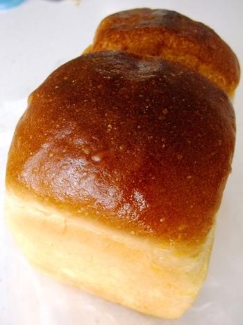 一番人気の看板商品「@shokupan」は、国産小麦・ミネラルウォーター・伝統海塩など、こだわりぬいたシンプルな食材と長時間熟成で極められた「プレミアム」な食パン。外はパリッ、中はもちもち。理想的な食感が楽しめます。