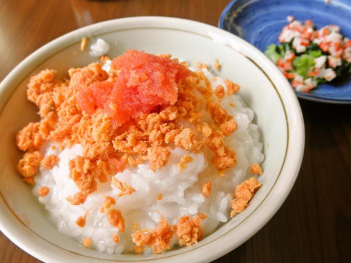 お粥との相性ばっちりの鮭。定番の組み合わせですが、より赤く鮮やかなタラコ、ゴマ、大根菜、にんじんなどを刻んでお粥と一緒にするだけで、より一層、華やかで食欲をそそる見た目に。