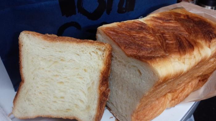堂々たる風格の食パンは、外はさっくりパリパリ、中はふわふわのデニッシュタイプです。食パンとしては珍しい食感ですが、口に入れた時に広がる甘みが優しい♪