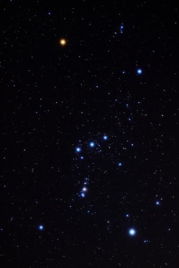 赤い星がベテルギウス(Betelgeuse)、青い星がリゲル(Rigel)です。 オリオンのベルトの部分に当たる三つの星を、オリオンの三ツ星と呼んでいます。