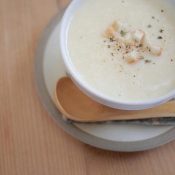 ミキサーで「とろとろ野菜のスープ」が出来たら、コンソメや牛乳を加えて、塩・コショーでお好み調整します。もちろん、野菜の旨味だけでもOK!「自家製ポタージュ」の出来あがりです。