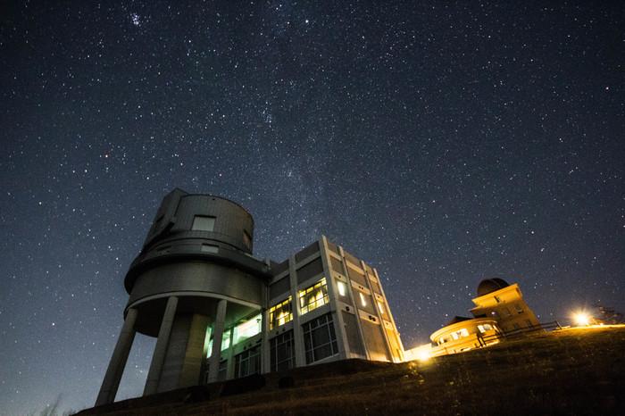 天文台を中心に宿泊用ロッジ、イベント広場などがあります。 国内最大の望遠鏡があり、公開望遠鏡としては世界最大を誇ります。