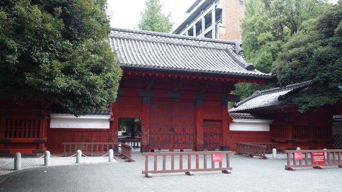 """本郷通に面した「赤門(あかもん)」。""""東京大学""""の異称でもある「赤門」は、東大本郷キャンパスを代表する建造物です。"""