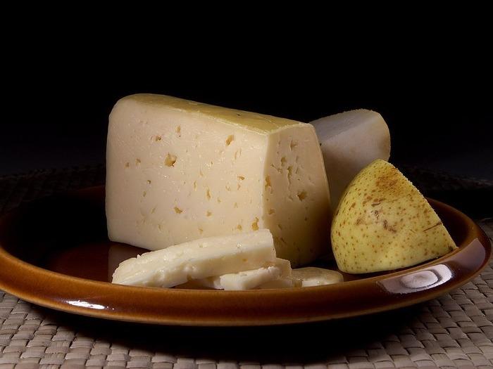 デンマークを代表するチーズの1つで、ローランド島の町の「マリボー」からその名がつけられました。オランダのゴーダの製法を元に作られ、きめがやや粗く弾力性があります。そのままカットして食べたり、加熱するととろみが出てよく伸びるため、チーズフォンデュにも最適です。