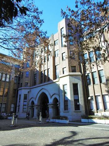 東大本郷キャンパスには、歴史的建造物が多く残存していますが、その多くが「内田祥三(うちだよしかず)」による設計です。内田は、関東大震災後の東大構内の復旧を主導した人物。正門から続く銀杏並木を含め、構内に明快な軸線と秀逸な建築物を残しました。【画像は、1938年完成完成の「法文2号館」】