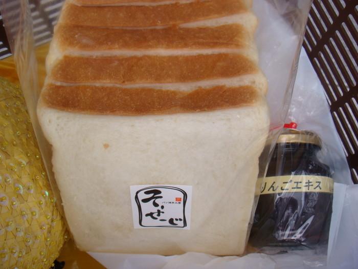 遠方に持ち帰るのが困難なほどに衝撃のふわっふわな食パンはファン多し。
