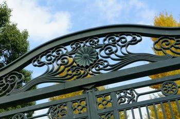 *冠木門(かぶきもん)を基調とした門扉は、今もなお新鮮。門扉の細部をじっくりと眺めてみましょう。 (*冠木門とは屋根がなく、左右2本の柱に開閉扉を付けたもの。古くから日本の建築ではよく見られるものです。)