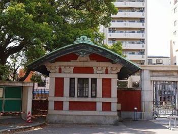 正門の両側には、赤い煉瓦塀とむくり屋根が印象的な「門衛所」が左右対称に建てられています。   正門・煉瓦塀・門衛所は、1912年(明治45年・大正元年)の完成。西洋建築学を基礎として日本建築を見直した伊東忠太による設計です。