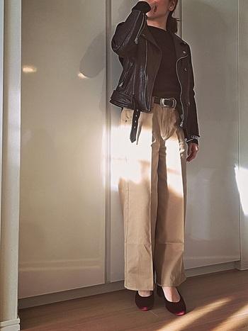 おすすめの着こなし方は、トップスをウエストインしたコーディネート。コンパクトなライダースなどを合わせて、重心を高く、ミニマルな着こなしがおすすめです。