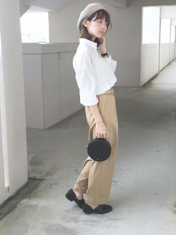 定番のシャツスタイルもウエストインですっきりと。シャツとチノパンツの組み合わせは男性的になりがちですが、バッグや帽子など女性らしいアイテムで調節するととっても素敵です♪