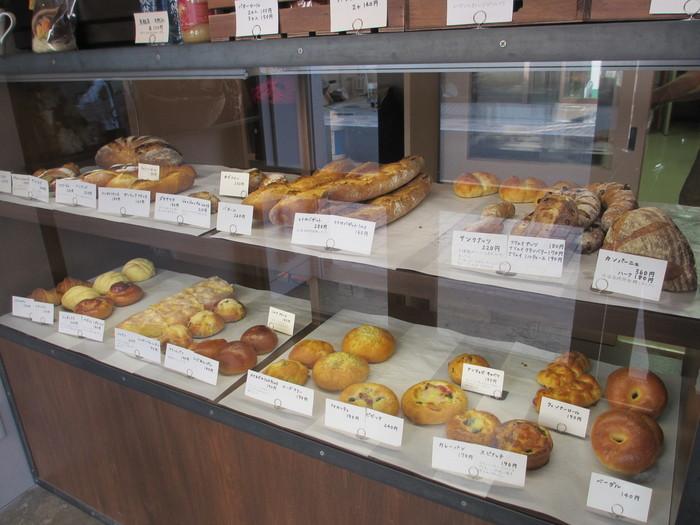 内装もおしゃれ!パンはショーウインドーに飾られていて、お店の人に取ってもらうスタイル。お客さんがひっきりなしに出入りしています。