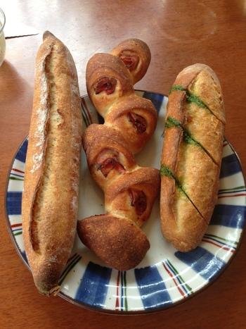 バゲット、ベーコンエピなど、特にハード系のパンが人気。お惣菜系パンもありますが、バタールやレトロバケット、カンパーニュやセーグル、ナッツやフルーツが入ったものを選びたいですね!