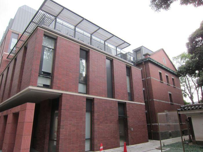 「赤門」隣、本郷通り沿いの煉瓦塀の建物は、社会連携、国際交流拠点として設立された「東京大学伊藤国際学術研究センター」。センター内には東京・目白「ホテル椿山荘東京」のグループレストランがあります。