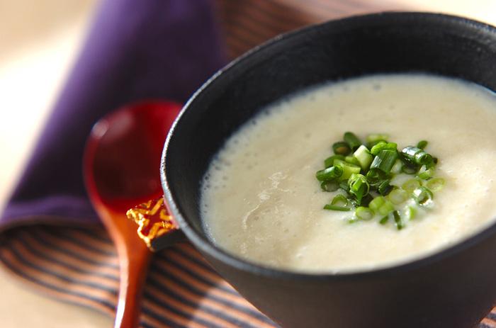 里芋のポタージュは、白みそで和風なポタージュに仕上げてみて。ふわふわっと雪のように柔らかい口当たりで、優しい気持ちになりますよ。