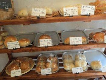 シンプルな製法にこだわった優しいパンを作っています。一番下列は左から、クリームパン、レーズンパン、おしりパン…おしりパン!?