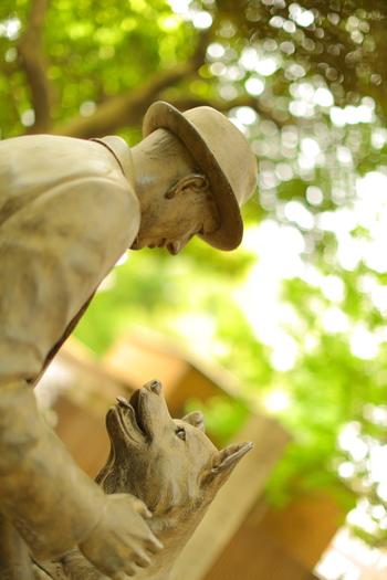 愛犬を心底可愛がっていた上野博士は、当時駒場にあった農学部への通勤や出張時に、ハチを渋谷駅まで送り迎えをさせていました。しかし、ハチを飼い始めて1年半ばかり経った頃、博士は大学構内で急逝。ハチはそれ以後、その生涯を終えるまでの10年もの間、朝夕に渋谷駅へと通い続け、博士を探したといいます。 ハチと博士の愛が見事に表現された素晴らしい像ですので、弥生キャンバスに立ち寄るのなら、ぜひ鑑賞して下さい。