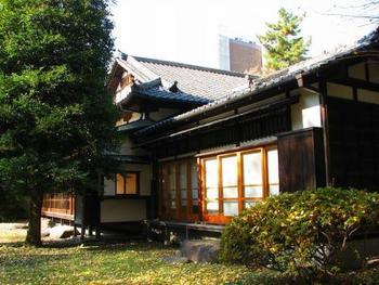 先述した通り、現在の本郷キャンパス敷地には、加賀藩前田家の上屋敷がありました。明治期に東京大学のキャンパスになって以降、前田家は新たに本郷キャンパスの南西隅に和館と西洋館からなる邸宅を構え、また天皇行幸に合わせて日本庭園を整備しました。和館・西洋館ともに東京大空襲時に消失しましたが、日本庭園は「懐徳庭園」として今も残っています。現在建つ和風建築物「懐徳館」は、昭和26年に新たに建てられたものです。