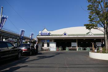 """高松から「琴電」(高松琴平電鉄)に乗って、6駅ほどの「仏生山(ぶっしょうざん)」という駅で降ります。商店街がある街を8~10分ほど歩いた所に、仏生山温泉""""天平湯""""があります。"""