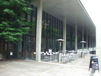 「赤門」北に新しく建てられた「福武ホール」。建物の1階にはゆったりとした洒落たカフェがあります。