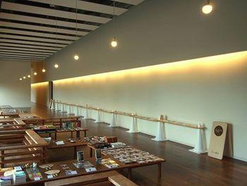 『仏生山小書店』と言う屋号の古書の書店が!温泉のロビーのテーブルの上で平置きにしてあり展示されています。ゆっくりとした時間の流れを楽しむのにぴったりですね。