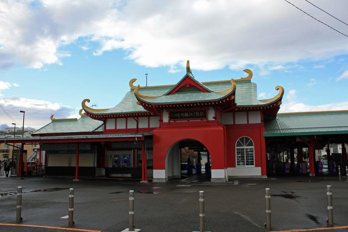 ●湘南へ行くには 小田急江の島線の終点、片瀬江ノ島駅で降ります。 降りたときに振り返らない人が多いので、竜宮城になっていることに帰りになって気づく人も多いとか。