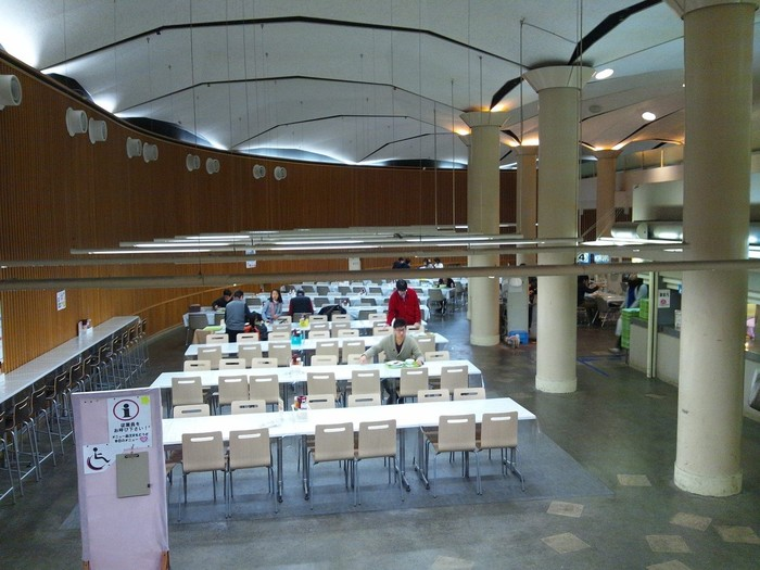 講堂脇に設置された階段を降りると、巨大なドーム状の食堂が広がっています。座席数は420、一般者も利用可能。学生の昼食時は混雑しますが、時間を外せばゆったりと食事を頂くことができます。