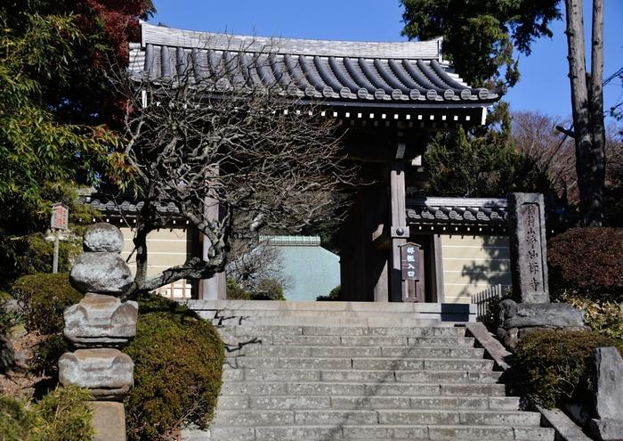 鎌倉五山の一つ「浄妙寺」の山門。