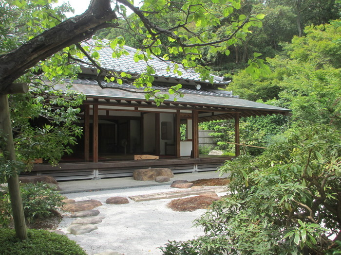 枯山水の庭園からのぞむ茶堂「喜泉庵」。