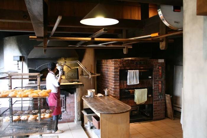 フランス式の石窯で焼いたパンやピザが人気。