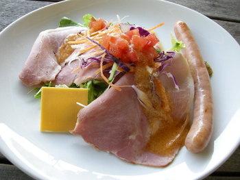 サラダ、ソーセージ 生ハムの一皿。