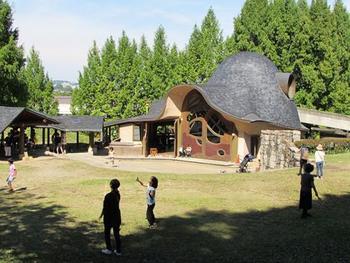 ひときわ目を引く大きな建物は、檜で作られた「子ども劇場」。演奏会など毎月様々なイベントが催されています。