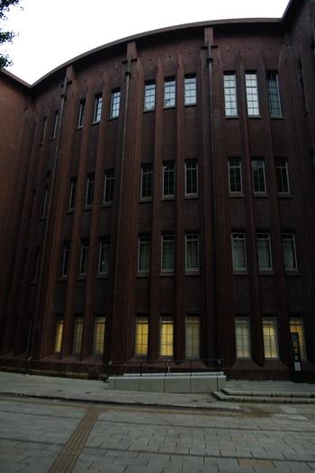 """本郷キャンパスは自然豊かで広大。構内に入れば車の行き交いもなく、ゆったりと散策できます。  また記事で紹介した以外に、東大の研究から生まれたグッズを販売する「コミュニケーションセンター」や""""ドーバー海峡大橋""""と呼ばれる本郷キャンパスと弥生キャンバスを繋ぐ陸橋、構内にある「東京大学総合研究博物館」の展示室等など、見所もまだ沢山あります。一度だけでなくぜひ季節折々に、本郷の東京大学へ足を運んでみましょう。"""