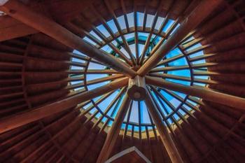 1階から2階は吹きぬけになっていて、天井からやわらかい光が射してきますよ◎