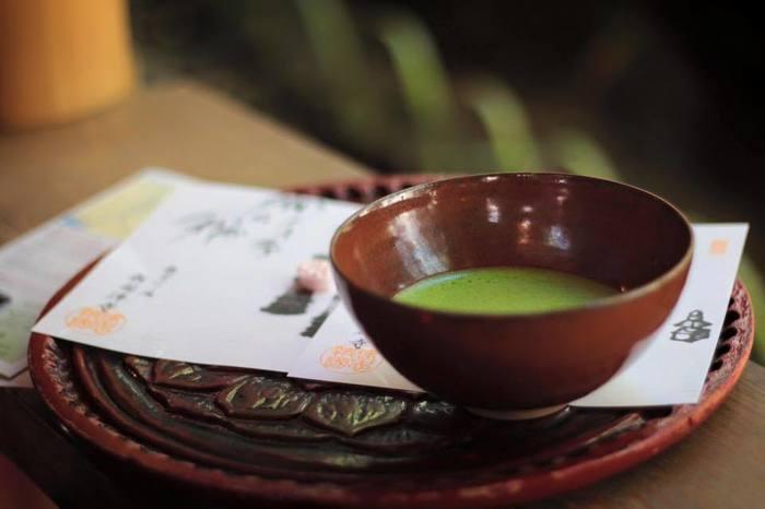 落雁付きの抹茶セット。    庭を眺めて一杯いただけば、汗もひき、気持ちもすっとする。  小さな滝が奏でる水の音。  竹の葉の緑。  木漏れ日。  心地良い空間。